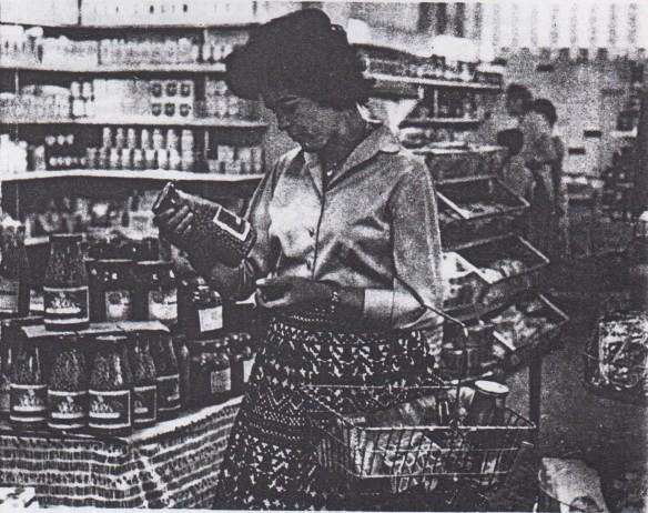 17_Gemeinschaftsarbeit_1959_p001_DDR_Einzelhandel_Selbstbedienung_Konsumentin_Glasverpackung