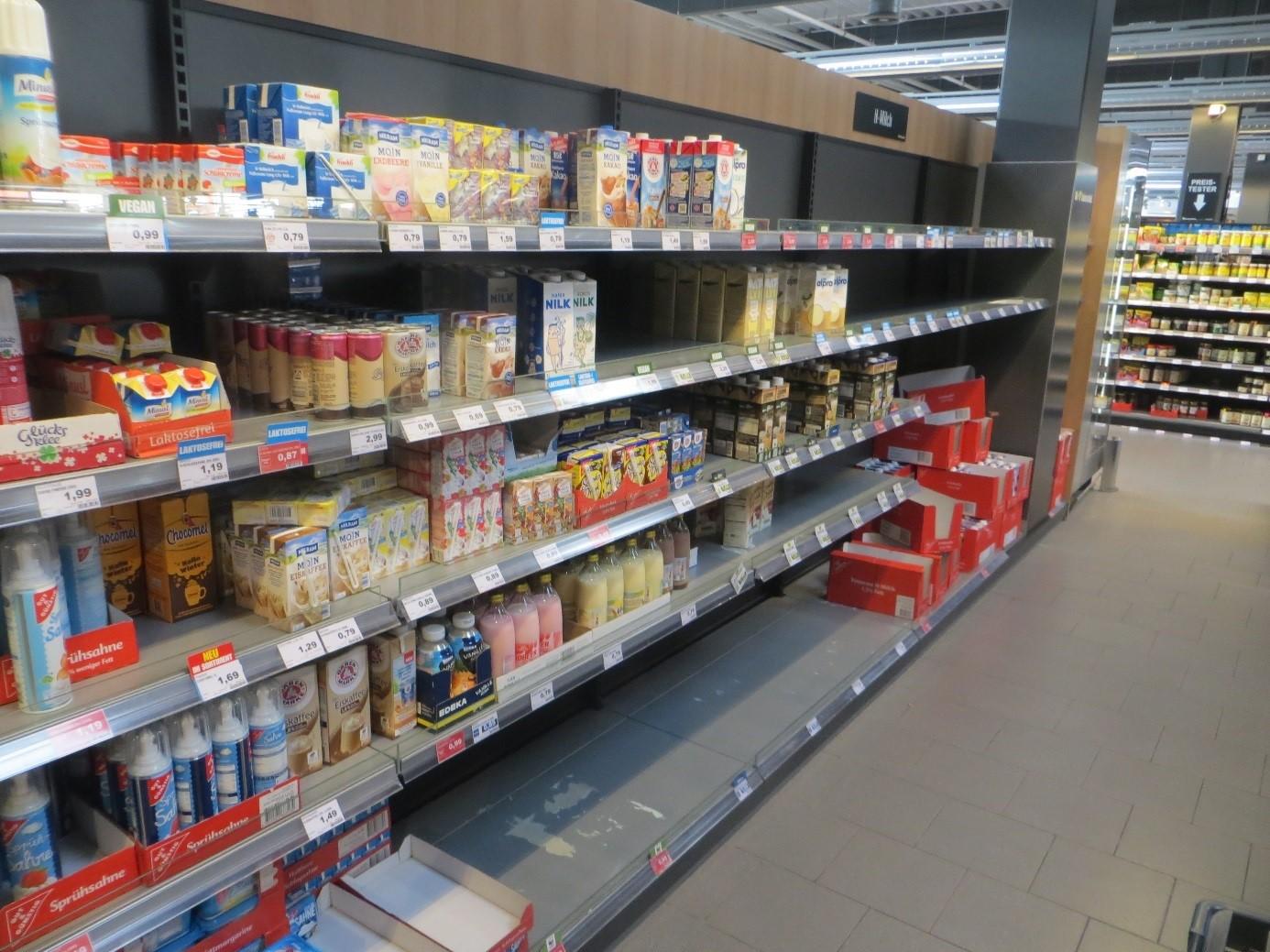 01_Einzelhandel_Verkaufsraeume_Verkaufsregal_Milch_Edeka_Hannover
