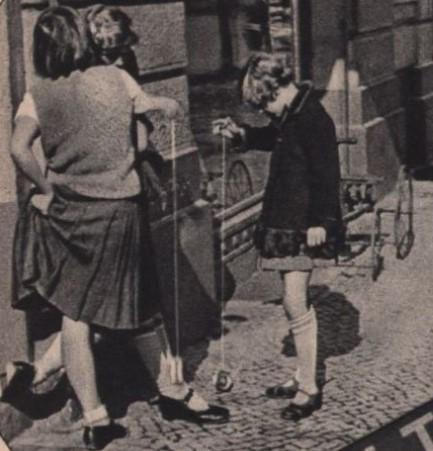 26_Wiener Magazin_07_1933_Nr02_p32_Jo-Jo_Straße_Spiel_Maedchen