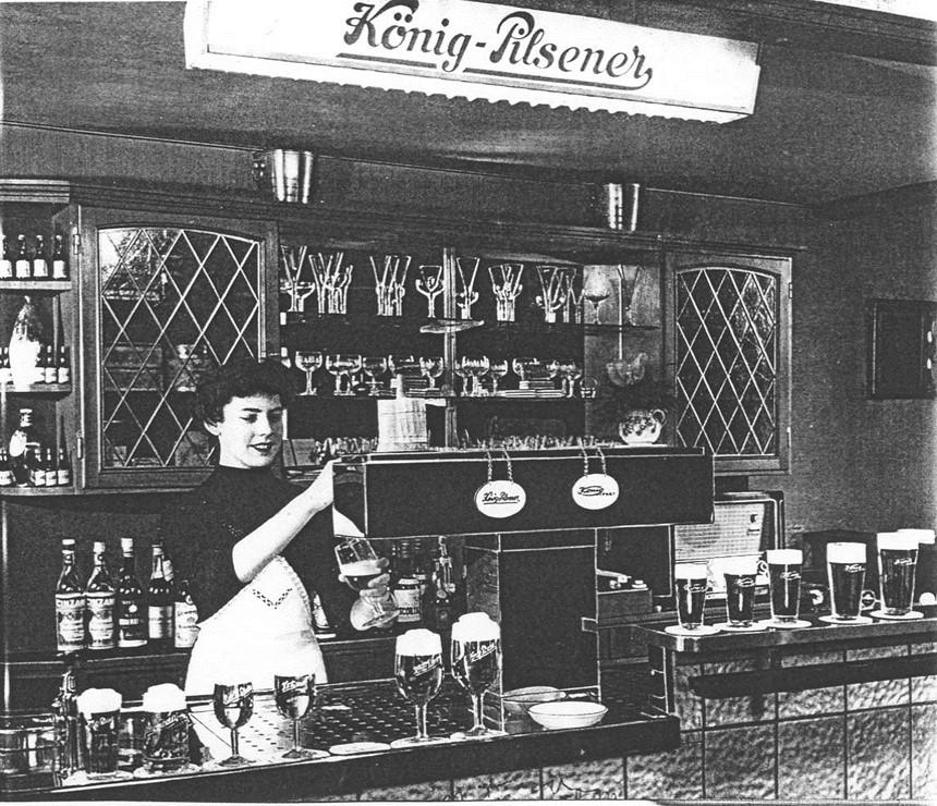 18_Chronik_1958_sp_Bier_Gaststaette_Kellnerin_Zapfanlage_Bierglas